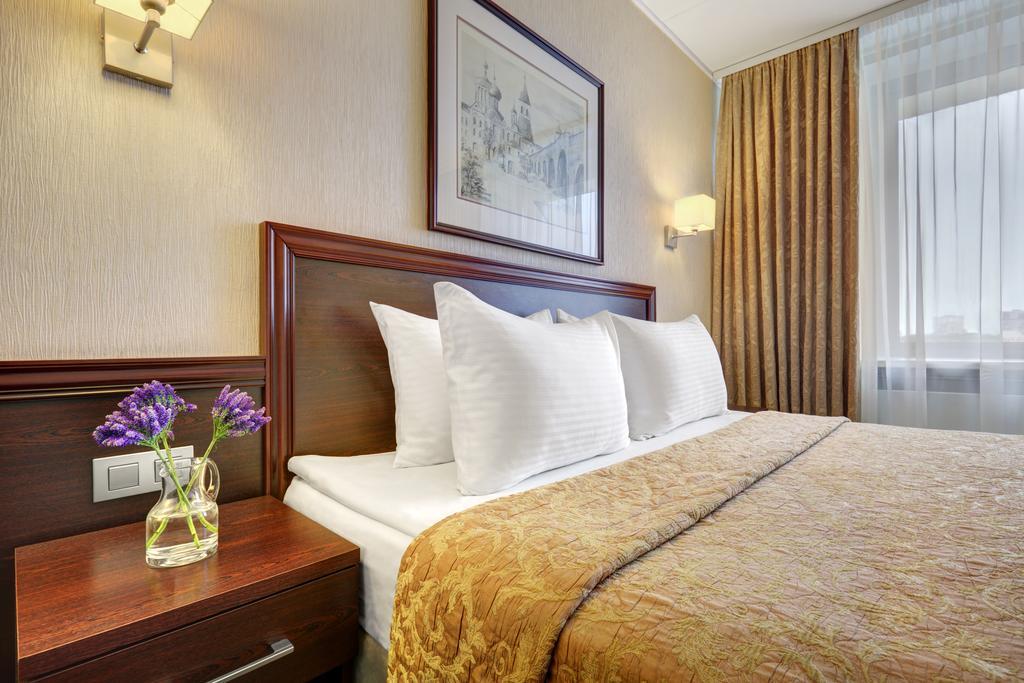Hotel Aerostar Room.jpg